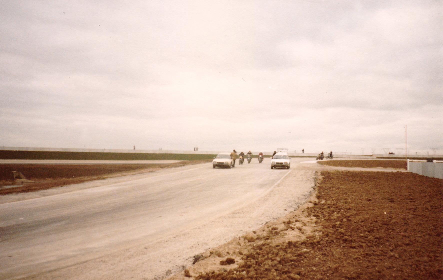 L\'inauguration-du-circuit-Carole,-le-1er-décembre-1979,-permet-à-quelques-motards-privilégiés-de-découvrir-une-piste-encore-poussiéreuse,-dénuée-de-toute-infrastructure